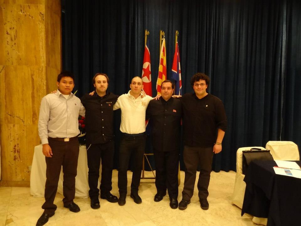 En la foto: Mana Sapmak (Secretario Internacional y Delegado de la KFA en Thailandia), Jon Metauten, Mikel Vivanko (Delegado oficial en el estado español), Alejandro Cao de Benós y Trever Aritz Hill (Comisario Internacional de la KFA)