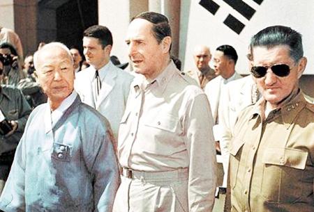 El dictador fascista surcoreano Syngman Rhee junto al sanginario general yankee MacArthur