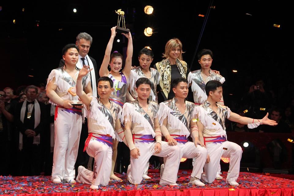 El Circo Nacional de Pyongyang recibe el Elefante de Oro de manos de la Alcaldesa de Figueres, Sra. Marta Felip.